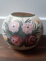 Virág és gyümölcsmotívummal gazdagon díszített gömb formájú kerámia váza