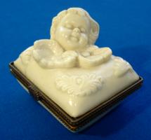 Ékszertartó, krémszínű tejüveg angyalkás doboz