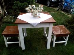 Retro konyha asztal kihúzható fiókkal + 2 db fiókos hokedlivel eladó.