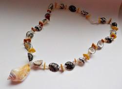 Színes kagylókból és csigából készült nyaklánc (2.)