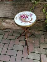 Antik fajansz betétes bambusz asztalka, gyűjteményes darab