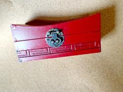 Régi festett vörös fa doboz ázsiai jellegű