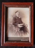 ELÖKELŐ ÚR VITANGE MŰVÉSZFOTÓ MŰTEREM JELZETT FOTÓ KALAP SÉTABOT FÉNYKÉP 1895 BOLDOG BÉKEIDŐ