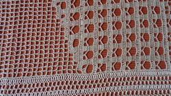 Krém színű horgolt terítő modern mintával