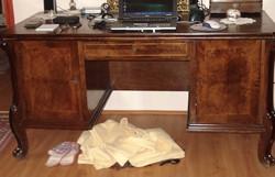 Antik bútorok, íróasztal, könyvszekrény, dohányzó asztal a 19. századból jó állapotban barokk stílus