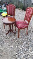 Neobarokk székek kis kináló asztallal .