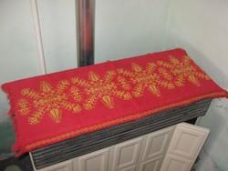 Keresztszemes piros - sárga hímzett szép terítő - futó 35x85cm