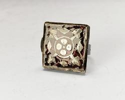 Kinyitható,zománcozott ezüst gyűrű.
