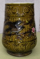 Schütz Cilli majolika korsó. Gyüjteményi darab színes kerámia figurális virágokkal! Zöld máz!