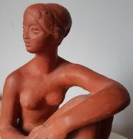 Lesenyei Márta: ülő akt szobor, 24 cm