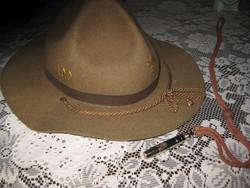 Cserkész kalap  , jelvényekkel és cserkész síppal a 30 as évekből