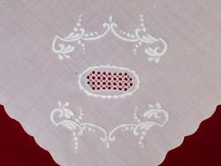Fehérrel hímzett szalon asztalterítő, abrosz 140x140 cm, lyukhímzéssel díszített