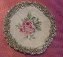Tűgobelin, gobelin/goblein alap, kézműves munka, rózsaszál motívum