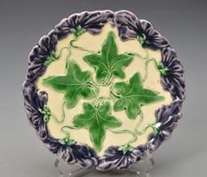 Antik Körmöczbányai majolika süteményes tányér, lila virágok körbe és levelek !  18,5cm, jelzett.