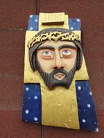Festett, kézzel faragott naiv stílusú fali szobor: Jézus a kereszten