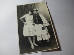 Fiatal magyar pár népviseletben a 40 es években