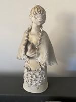 Gyönyörű hosszú szoknyás hölgyet ábrázoló kerámia szobor