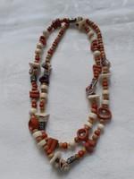 Különböző gyöngyökből fűzött (csont, csiga, fa,  fém) kézműves  nyaklánc