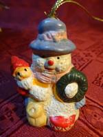 Hóember gipsz figura, kis mikulással az oldalán, karácsonyfa dísz, magassága 5 cm.