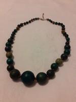 Fából készült nyaklánc zöld színű gyöngyökkel