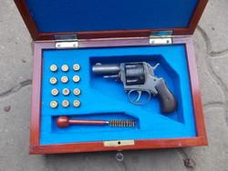 Cal .45 revolver hatástalanítva, dobozban