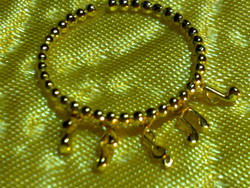 Gyönyörű aranyozott ezüst gyűrű hangjegy medálokkal arany