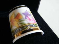 Nagyon szép angol (Ayshford) porcelángyűszű dobozában
