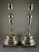 Mutatós ezüst gyertyatartó pár.