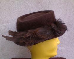 Barna régi tollas angorás kalap