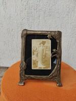 Réz szecessziós képkeret hölgy,viràg motívum kitámasztós ,a fotókon látható jó állapotban.