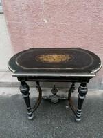 Boulle jegyekkel régi rézbetétes asztal, stabil, de felújításra szorul