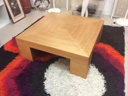 Kiválló minőségű jelzett Lambert 90x90x33-as minimal design kisasztal, lakberendezőknek