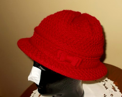 Bordó kötött kalap.