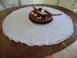 Terítő egyszerű kör alakú fehér vászon csipke szegéllyel 90 cm átmérőjű