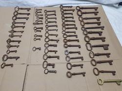 Antik kulcsok vegyesen 63db