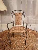 Mini szék, fémvázas, fonott. 34 cm magas, nagyon helyes darab! :)
