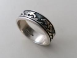 Ezüst karikagyűrű delfnekkel díszítve. 925.