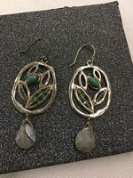 Ezüst fülbevaló melyet türkíz és több apró zöld és fehér gyöngy díszít