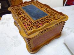 Szép antik kézzel készített fa láda plüss díszítéssel belső huzattal