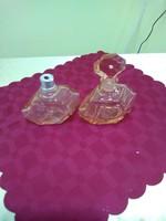 Két darab rózsaszín parfűmös üveg.