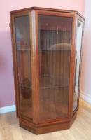 Mid Century Sarok Vitrin, csíszolt üveggel, világitással