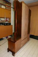 Art Deco stílusú bútor, két oldalt behajtható tükrös fallal, szekrénnyel és központi üvegvitrinnel