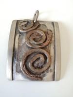 Csigavonalas rezes felületű kézműves ezüst medál