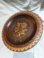 22 cm átmérőjű faragott, gyopár mintás fa tányér, fali dísztányér