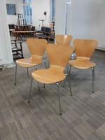 Korabeli bükk rétegeltlemez székek Arne Jacobsen stílusában