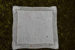 Régi horgolt pillangó minta csipkés azsúrozott díszzsebkendő tálcakendő vékony anyag  27 x 28,5 cm