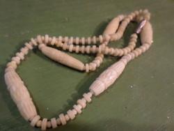 43 cm-es , enyhén barnás , érett színű , retro , csontgyöngyökből álló nyaklánc .