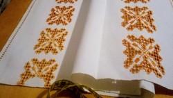 Hímzett  maderiás vászon terítő 64*60 cm