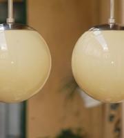 Bauhaus - Art deco - nikkelezett menyezeti lámpa pár felújítva - vajszínű gömb búra