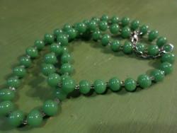 57 cm-es , zöld üveggyöngyökből álló , retro nyaklánc .